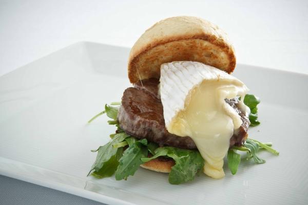 PAN DE CRISTAL con solomill queso brie y Rucula